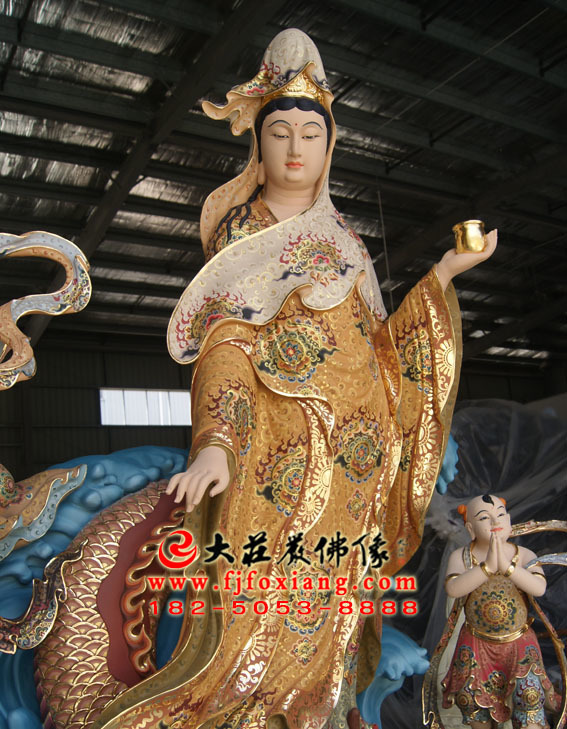 彩绘描金观音菩萨塑像正面照