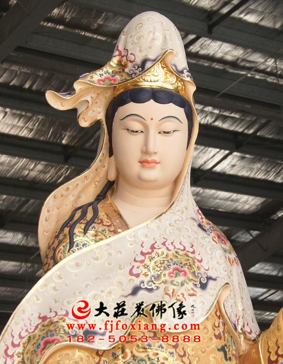 彩绘描金观音菩萨塑像特写