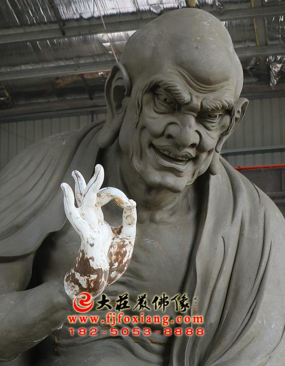 托塔罗汉泥塑坐像
