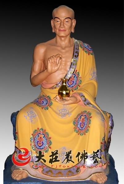十八罗汉之摩诃男尊者彩绘塑像