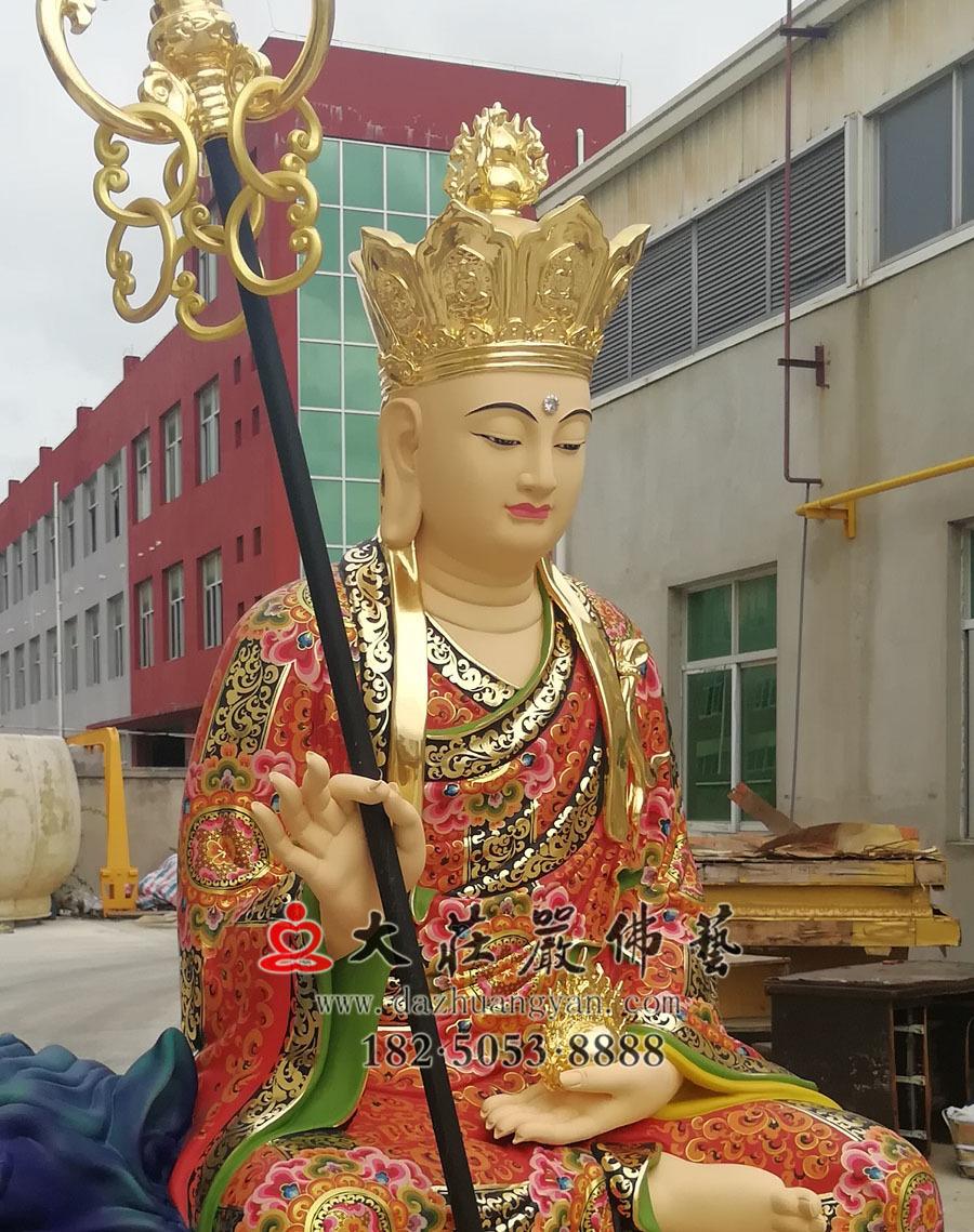 铜雕彩绘地藏菩萨侧面近照