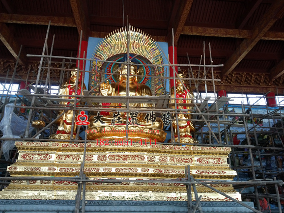 万德寺一佛二弟子贴金铜雕佛像安装现场
