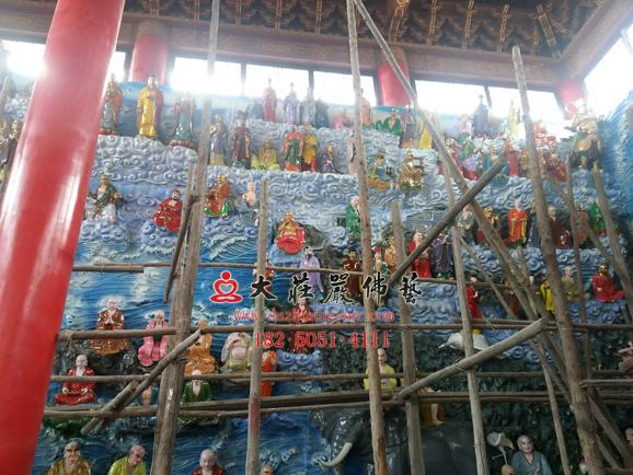 万德寺五百罗汉彩绘贴金安装现场